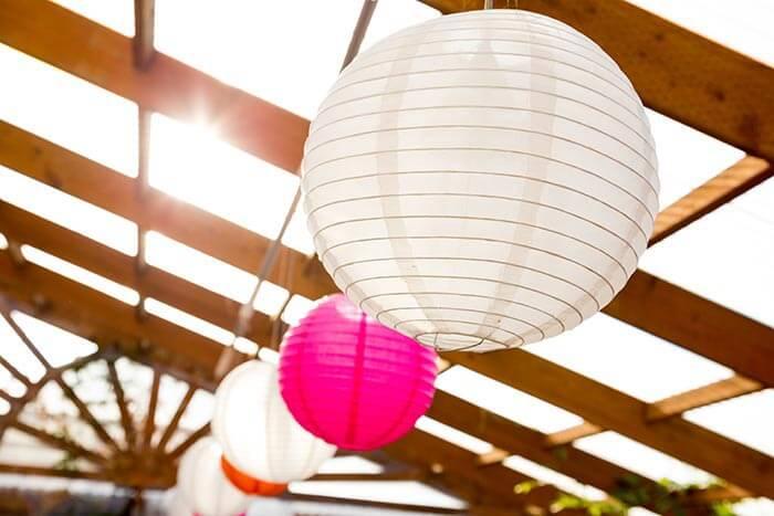 Lampions zur Hochzeit auf der Terrasse
