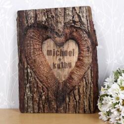 Geschenke zum Hochzeitstag: Baumrinde geschnitzt