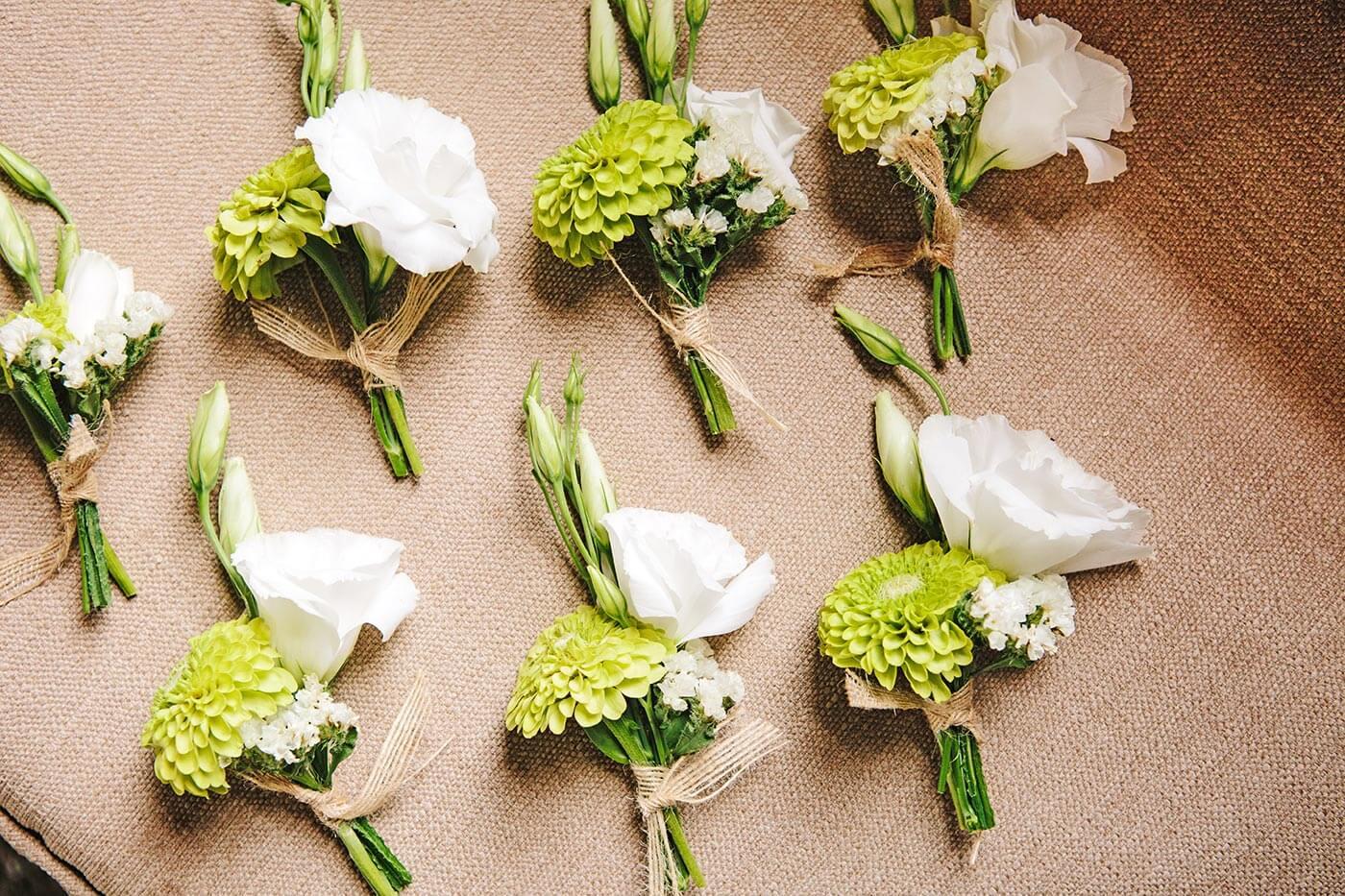 Anstecker für Hochzeitsgäste selber machen