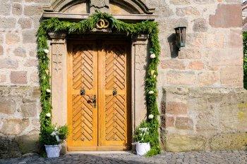 Kirche Tür mit Blumen