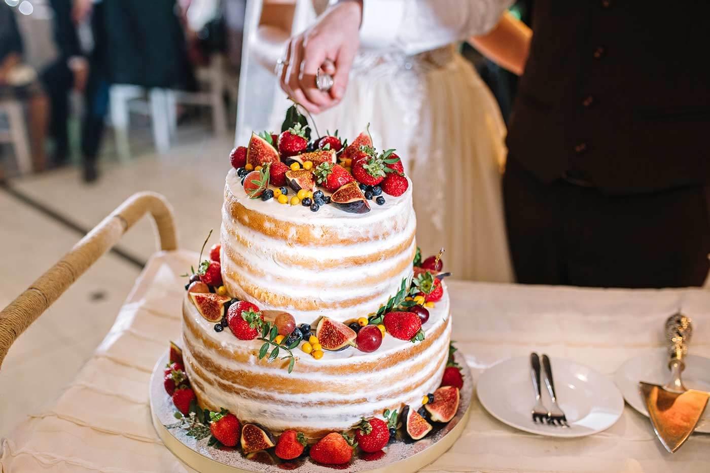 Hochzeitstorte aufschneiden