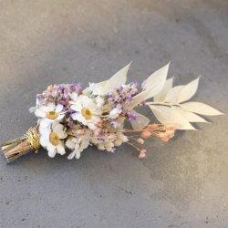 Bräutigam Blume anstecken