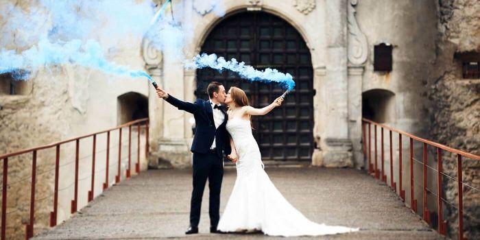 Rauchfakeln bei der Hochzeit