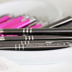 personalisierte Stifte in pink und grau