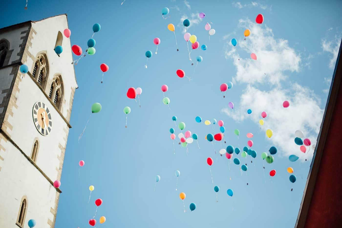 Luftballons steigen lassen Hochzeit